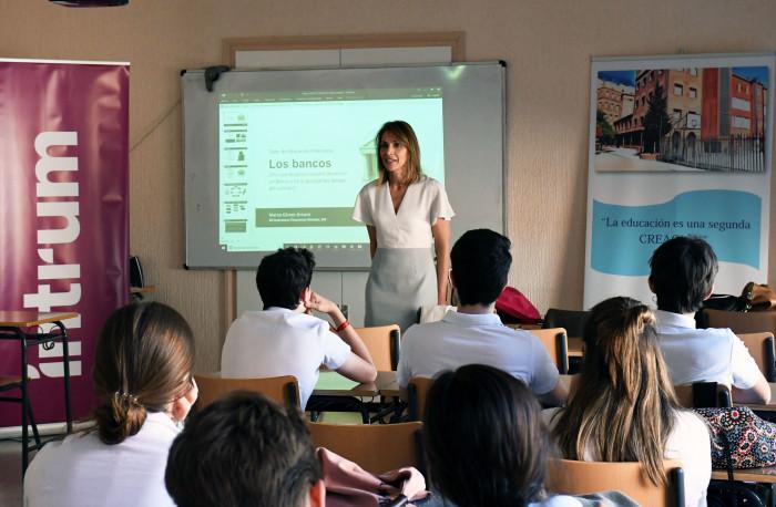 Intrum y AFI imparten talleres de educación financiera para impulsar las buenas decisiones económicas entre los jóvenes