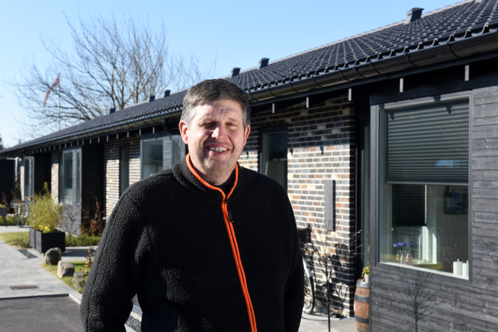 Karsten Vestergaard fra Entreprenørfirmaet Vestergaard Nielsen A/S har anvendt genbrugsmaterialer til at opføre 23 nye boliger. De kvartrunde tagrender fra Lindab fuldender det arkitektoniske udtryk.