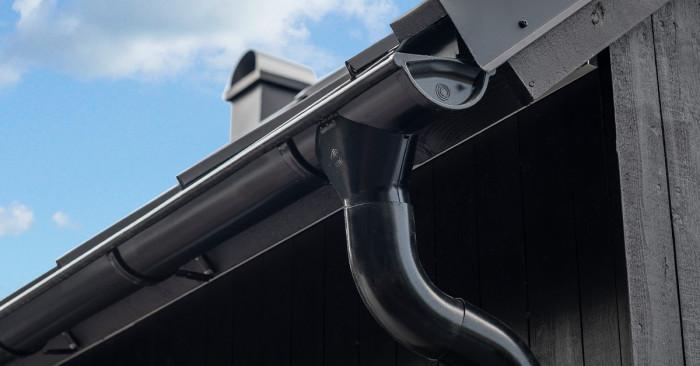Lindabs takavvattning i aluminium lanseras initialt i fyra kulörer: Svart (på bild), Antikvit, Matt silver och Grafitgrå DuraFrost.