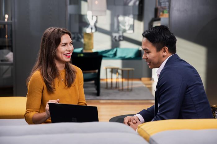På bilden: Isabella Tinnberg och Jimmy Dao på Xenits huvudkontor i Göteborg