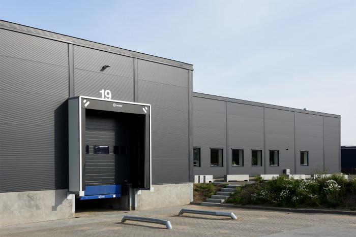 Til virksomhedens nye lager ønskede F. Engel en facade, der udstråler ordentlighed og kvalitet. Valget faldt på sandwichpaneler fra Lindab, der understreger det ønskede udtryk.