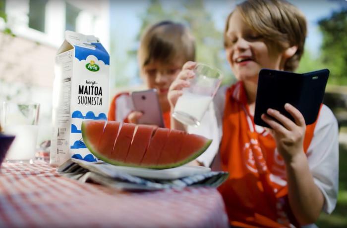 Arla kehittää edelläkävijänä lisättyä todellisuutta tuotteisiinsa – maitotölkin kautta voi nyt pelata jalkapalloa