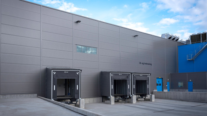 Tromsøterminalen, hvor Lindab har leveret 18 industriporte, 6 hurtigporte, 5 hurtigporte til fryserum og 3 dockingsystemer komplet med ramper, sluser og bygninger.