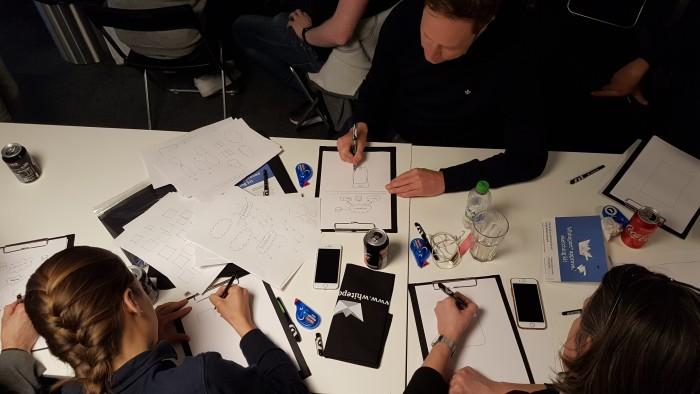 Bild från kompetenskvällen där flera kollegor testar på visuell kommunikation