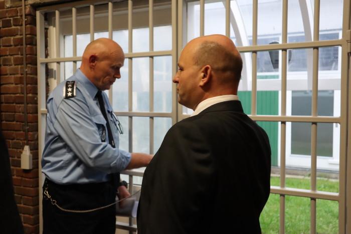 Institutionschef Lars Skjødt Vinther gav justitsminister Søren Pape Poulsen en rundvisning i det nye udvisningsfængsel i Ringe.