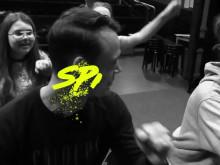 Emil och Wilma Holmquist testar improvisationteater med Sparks Generation och Kulturskolan