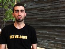 In Arabic: Mustafa Alkhateeb från Syrien blev biodlare i Säffle