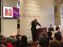 Jesper Bruun Rasmussen svinger hammeren over to udskåret fedtstensfigurer