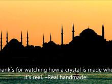 Prismor till kristallkronor tillverkas för hand (engelska)