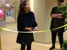 Vivianne Macdisi, regionråd (S), ordförande i sjukhusstyrelsen, klipper bandet under invigningen.