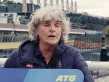 Åsa Llinares Norlin ordförande i Sveriges Paralympiska Kommitté tar emot checken