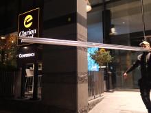 Solcellerna lyfts upp på Clarion Hotel Sign