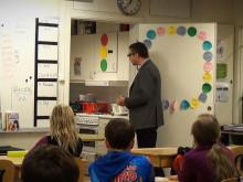 Väsby bjuder elever på tårta för lyckat skolresultat