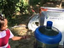 Vattnet tas från floden och pumpas igenom enheten som drivs på solceller.