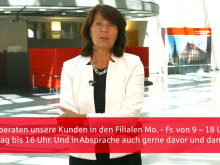 Vorstandsmitglied Marlies Mirbeth erklärt die neuen Service- und Beratungszeiten für Kunden der Stadtsparkasse München.