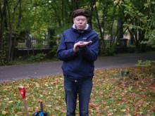 Staffan Lindberg och miljörörelsens grundare Rob Hopkins gräver ner biokol