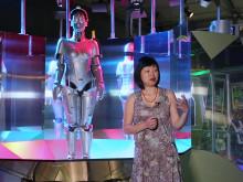 Curator Ling Lee från Science Museum i London visar Robots på Tekniska museet