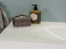 Aura - En badrumsserie det skimrar om