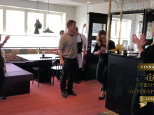 Årets Mötesbokare 2019, Anna Kaufeldt, blir gratulerad av kollegorna på Hotell Kristina