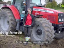 Elev krör traktor och berättar om sin utbildning