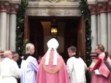 Biskop Anders Arborelius öppnar stiftets Heliga port i katolska Domkyrkan i Stockholm