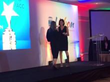 Svenska Mötens marknadschef Bibi Rydbacken tar emot IACC Europe Innovation Awards i Lissabon