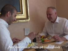 Jonas Sjöstedt antar #integrationsutmaningen och träffar Omar