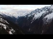 Des cascadeurs de snowboard équipés d'enceintes lumineuses pour les fêtes sur la piste de ski de Mayrhofen