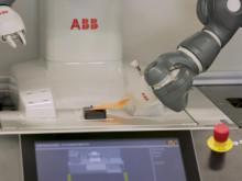 Den första ABB YuMi® på B&Rs produktionsanläggning vid huvudkontoret i Eggelsberg.