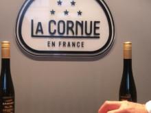 Frédéric Brochet delar sin Broyé med sin knytnäve - den klassiska franska kakan till gårdens arbetare