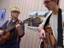 Alva Granström, Magdalena Eriksson och Petrus Dillner, studenter i folkmusik vid Kungl. Musikhögskolan (KMH), repeterar inför folkmusikinstitutionens julkonsert 2015