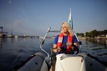Erinnerung: Eröffnung Camp 24/7- Segelkinder auf dem Wasser und Motorboote für Film/Foto stehen bereit