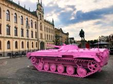 Rosa stridsvagn intar Örebro i demokratins namn