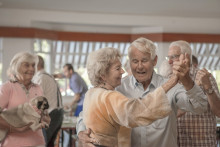 Tre ger bort musikpaket till svenska äldreboenden