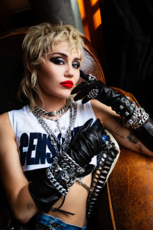 """Nu är Miley Cyrus nya album """"Plastic Hearts"""" här!"""
