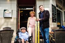 Gelbe Seiten und Sozialhelden e.V. sorgen für Barrierefreiheit: Café Rizz in Berlin – und 50 weitere Gewinner – erhalten eine mobile Rampe