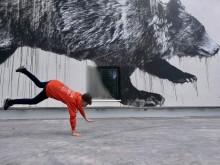 Uuden Otaniemen lukion identiteetti saa voimaa taiteesta – Jussi TwoSevenin vallaton karhuteos valmistui julkisivuun