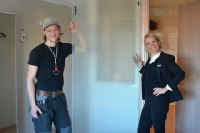 Från glasdörr till trädörr - nu byts toalettdörrarna på Clarion Hotel Sign!