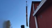 Kranbil lyfte 15 meter hög skorsten på skola i Ludvika