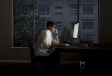 Kotitoimistolla työskentelevä: Näin varaudut sähkökatkoihin