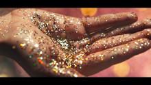 El cautivador nuevo anuncio de Sony BRAVIA™ invade un casino abandonado con 4.000 globos llenos de purpurina