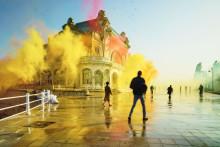 Säihkyvää väri-ilotulitusta: Sony täytti hylätyn casinon 4000 glitterpallolla