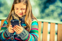Krangler med barna om mobil