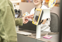 Neuer Service bei dm: Bargeld abheben mit Debit- oder Kreditkarte von Mastercard