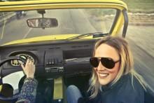 Autofahren im Frühjahr: Starke Gefühle und Flirten am Steuer können gefährlich werden