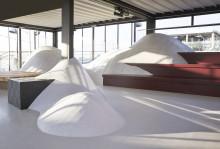 Snöformationer i återvinningsbar plast  invigde vintervitt Stockholm Design Week