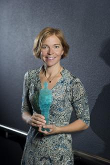 Karin Bodin tilldelas Pontus Schultz pris för ett mänskligare näringsliv