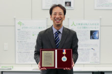 Professor Shigeru Horii receives the Best Presentation Award