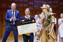 Johanna Borgenstål vann första Spiranpriset för sina kläder av papper