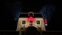 Årets modigaste julbelysning berättar att ingen är hemma